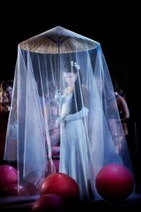 Butterfly (Asmik Grigorian) under bröllopet i Akt I.
